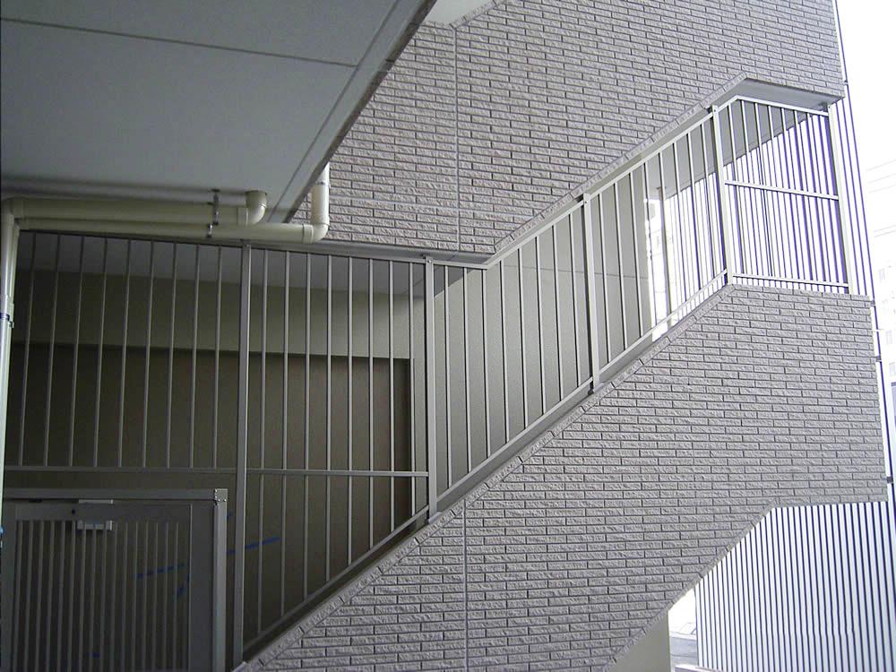 某マンション 階段侵入防止柵